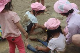 泥に腰を下ろすと、何とも言えない不思議な感触。冷たいけど、気持ちい~い!