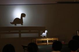 「小さな恐竜に電灯の光を当てるとどうなるかな?」