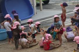 五感を刺激する「泥遊び」をまさしく全身で楽しみます。
